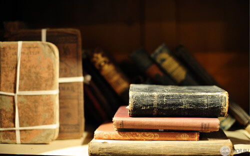 много книг, книги на столе, старые книги